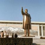 У памятника Ким Ир Сену