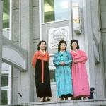 Девушки в национальных платьях приветствуют артистов