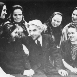 А.М. Левина (первый директор), Л.Л. Христиансен, Н.А.  Мальгинова с первыми участниками хора